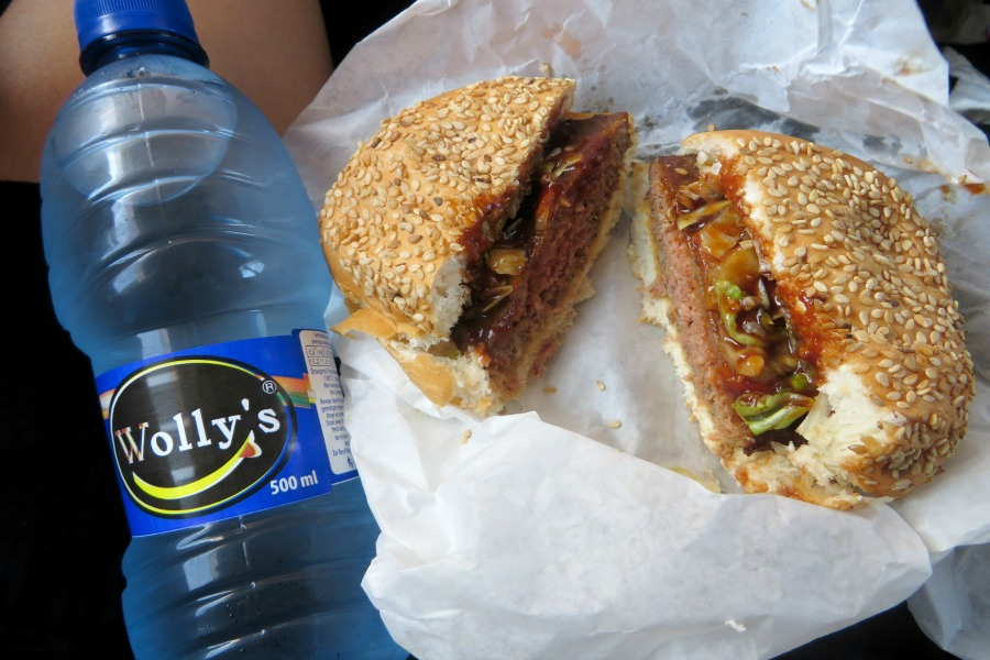 Wolly's Paramaribo water en hamburger