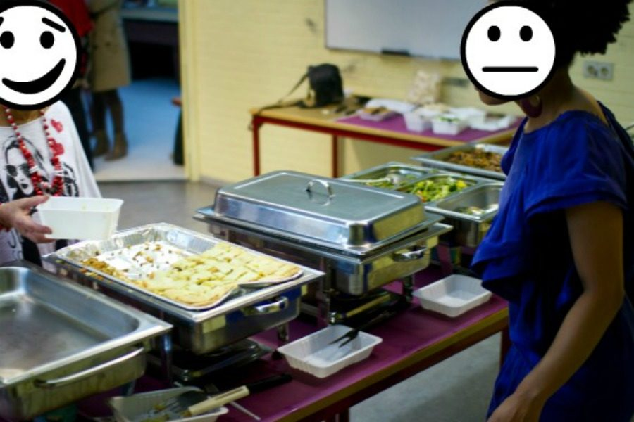 bij het buffet eten