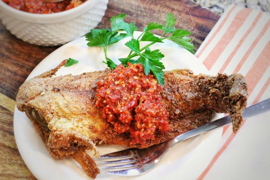 Vis met korst van pecannoten (bron foto: Darius Cooks)