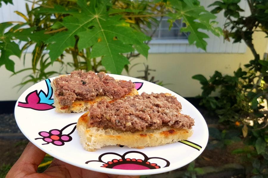 Eten in Suriname brood met vleesworst