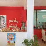 Maya van bakkerij Tout Tout Petit bakt brood zoals dat bedoeld is