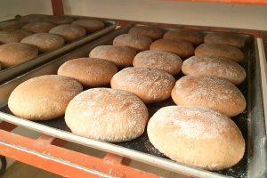 Versgebakken zuurdesembrood van Tout Tout Petite