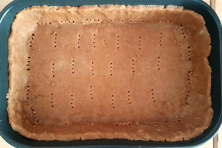 recept-hartige-taart-met-tayerblad-onderkant-gaatjes