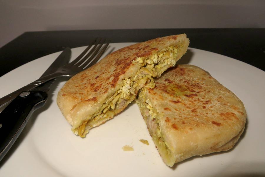 lekkerste-snacks-van-paramaribo-roti-burger-aloe-roti