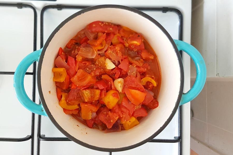 zelfgemaakte-tomatensaus-in-pan
