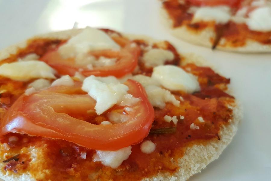 zelfgemaakte-tomatensaus-pizza-pita