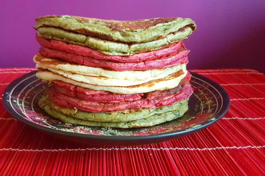 american-pancakes-met-natuurlijke-kleurstoffen-gestapeld