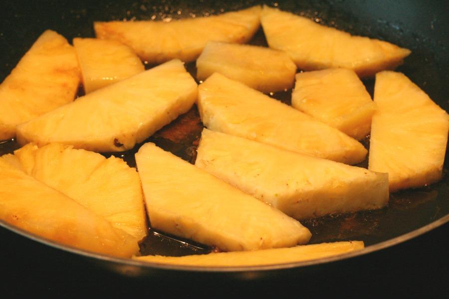 surinaamse-ananascake-met-rum-ananas-in-pan