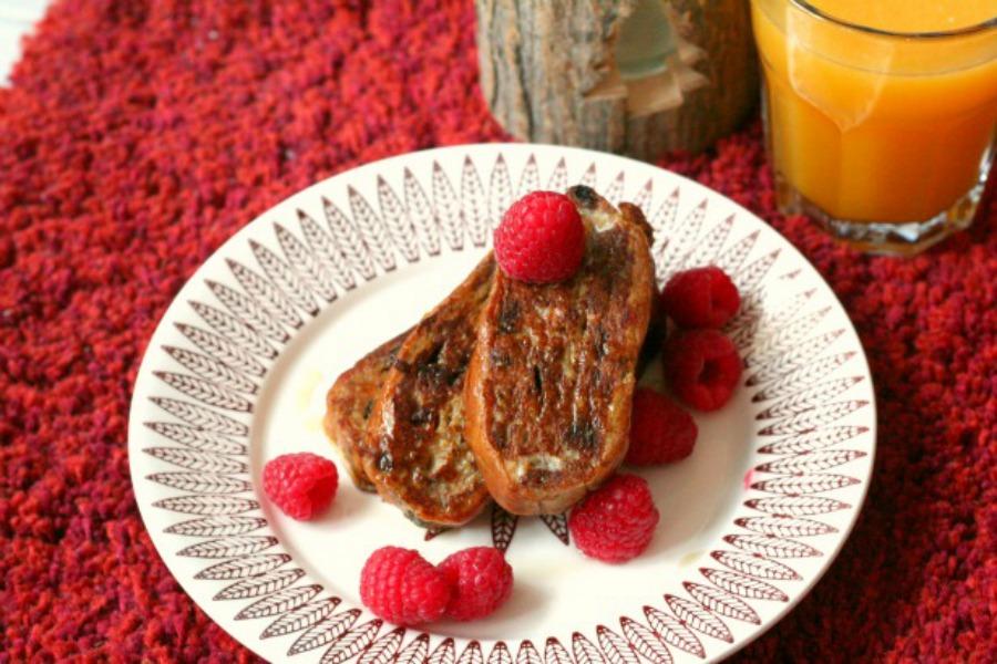 wentelteefjes-van-surinaams-kerstbrood-frambozen-ahornsiroop