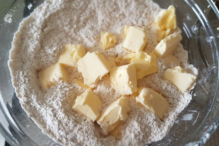 boter in blokjes volkoren Surinaams pasteideeg pastei met tayerblad