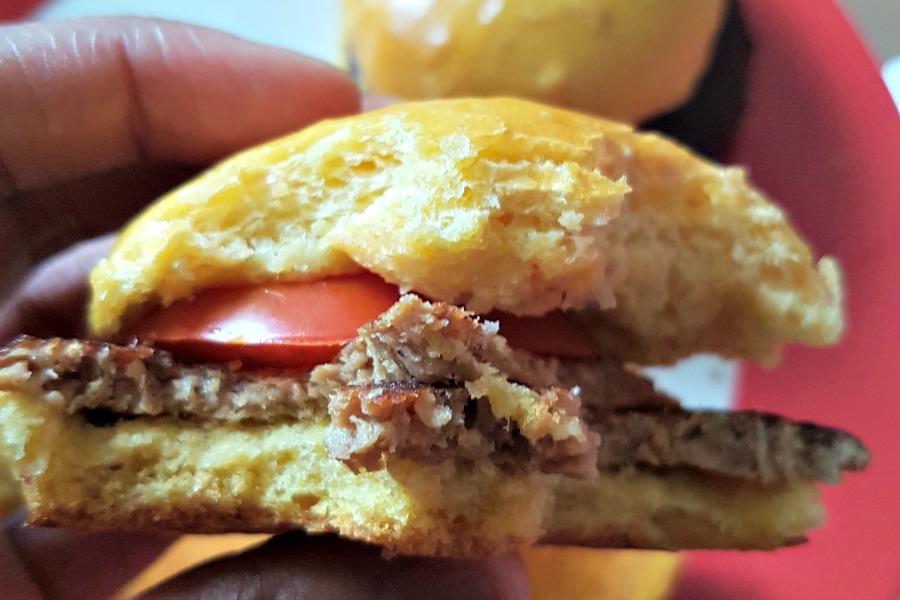 zoete aardappelbroodjes met vegetarische hamburger