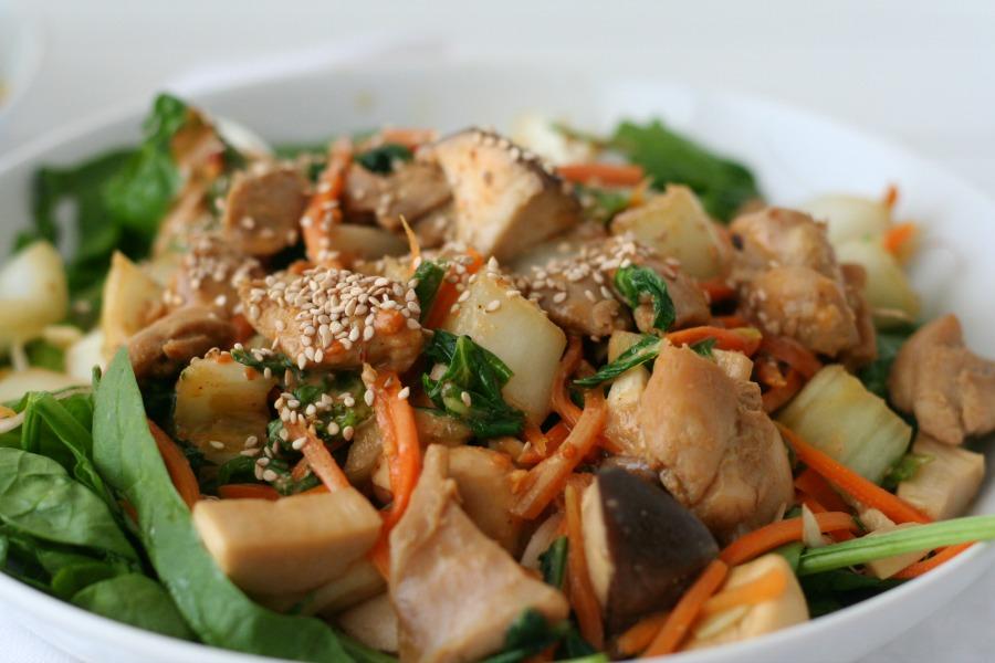 recept salade met kip, spinazie, tauge, pindasaus