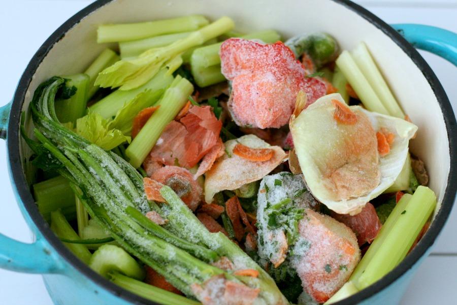 groentebouillon van restjes bevroren groente